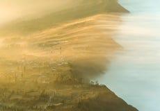Pueblo en la niebla Indonesia de la mañana fotografía de archivo libre de regalías