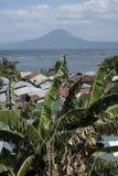 Pueblo en la orilla del lago en Batangas, las Filipinas del volcán de Taal fotografía de archivo