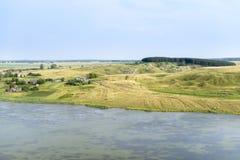 Pueblo en la orilla del lago, tarde del verano Foto de archivo