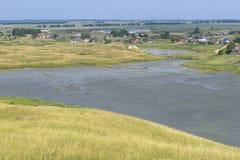 Pueblo en la orilla del lago, tarde del verano Fotos de archivo libres de regalías