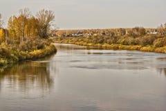Pueblo en la orilla del río Fotografía de archivo libre de regalías