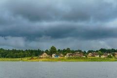 Pueblo en la orilla del río Foto de archivo libre de regalías