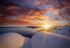 Pueblo en la puesta del sol, isla de Oia de Santorini fotos de archivo