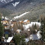 Pueblo en las montañas austríacas Foto de archivo libre de regalías