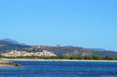 Pueblo en las montañas cerca de una playa Foto de archivo libre de regalías