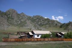 Pueblo en las montañas de Altai, Rusia Imagen de archivo libre de regalías