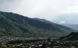 Pueblo en las montañas de Altai, Siberia, Rusia de Onguday imagen de archivo libre de regalías