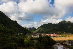 Pueblo en las montañas en la isla Cat Ba Imágenes de archivo libres de regalías
