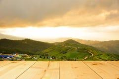 Pueblo en montaña con la textura de madera de la terraza del color amarillo claro Fotografía de archivo libre de regalías