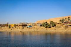 Pueblo en Nile River, Egipto fotografía de archivo