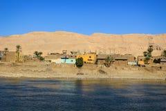 Pueblo en Nile River, Egipto fotos de archivo