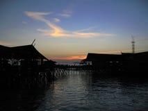 Pueblo en polos en el mar en Malasia Fotografía de archivo