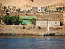 Pueblo en un banco del río Nilo Foto de archivo