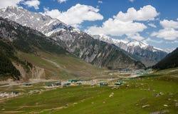 Pueblo en un Kashmir Valley hermoso Imagen de archivo libre de regalías