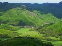 Pueblo en un valle de la montaña Fotografía de archivo libre de regalías