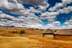 Pueblo en un valle en África foto de archivo