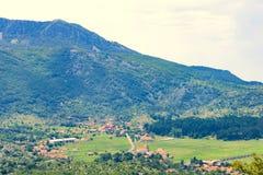 Pueblo en una garganta hermosa de la montaña fotos de archivo libres de regalías