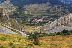 Pueblo en una región montañosa, Rametea de Transylvanian imágenes de archivo libres de regalías