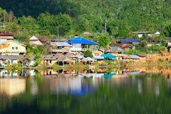 Pueblo en vista lateral del lago Imágenes de archivo libres de regalías