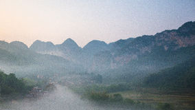 Pueblo entre la montaña y la niebla Imagen de archivo