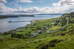 Pueblo escocés cerca de la costa Imagen de archivo libre de regalías