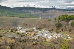 Pueblo estupendo de Santa Cruz de los Cuerragos pequeño en España Fotos de archivo