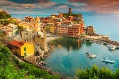 Pueblo fantástico con puesta del sol colorida, Cinque Terre, Italia, Europa de Vernazza imagen de archivo