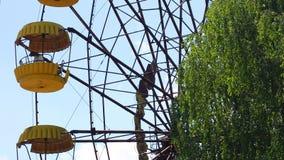 Pueblo fantasma Ferris Wheel famoso de Pripyat en parque de atracciones en zona de exclusión de Chernóbil metrajes