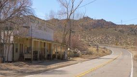 Pueblo fantasma histórico de Benton en Sierra Nevada Benton, los E.E.U.U. - 29 de marzo de 2019 almacen de metraje de vídeo
