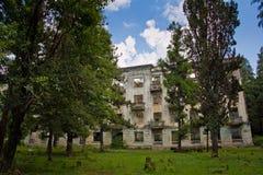 Pueblo fantasma minero abandonado Tquarchal, Abjasia Casa vacía arruinada destruida por guerra Fotos de archivo