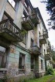 Pueblo fantasma minero abandonado Tquarchal, Abjasia Casa vacía arruinada destruida por guerra Fotografía de archivo