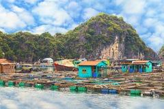Pueblo flotante asiático en la bahía de Halong Imágenes de archivo libres de regalías