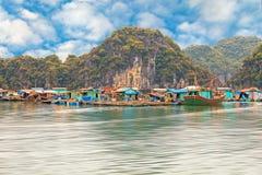 Pueblo flotante asiático en la bahía de Halong Foto de archivo
