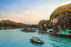 Pueblo flotante de pescadores en la bahía de Halong, Vietnam imagenes de archivo