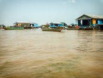 Pueblo flotante en el lago sap de Tonle, Camboya Foto de archivo libre de regalías
