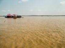 Pueblo flotante en el lago sap de Tonle, Camboya Fotos de archivo