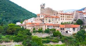 Pueblo francés pequeño y pintoresco de Mosset, miembro de Les más los pueblos de Francia de los Beaux los pueblos más hermosos de Foto de archivo libre de regalías