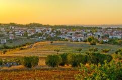 Pueblo griego en la puesta del sol Imagen de archivo libre de regalías