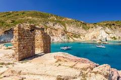 Pueblo griego tradicional por el mar Foto de archivo