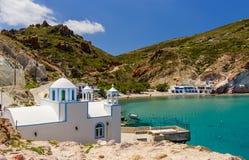 Pueblo griego tradicional por el mar Imagenes de archivo