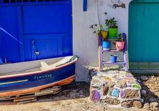 Pueblo griego tradicional por el mar Fotos de archivo