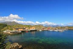 Pueblo hermoso de Stamsund con las casas coloridas y el puerto pesquero, islas de Lofoten, Noruega, Europa Foto de archivo