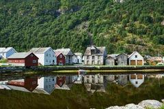 Pueblo histórico de Laerdal Noruega de la línea de la playa imagenes de archivo