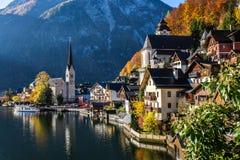 Pueblo histórico en otoño - Hallstatt, Austria Imagenes de archivo