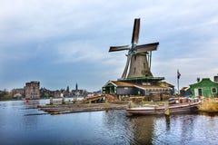 Pueblo Holland Netherlands de Zaanse Schans del molino de viento de la madera de construcción Imagen de archivo libre de regalías