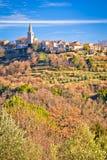 Pueblo idílico de la colina de la opinión panorámica de Groznjan Imagenes de archivo
