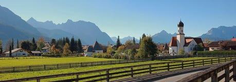 Pueblo idílico del wallgau en las montañas bávaras Fotografía de archivo