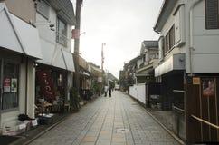 Pueblo japonés que camina en la calle en el pequeño callejón en Kawagoe o K fotos de archivo