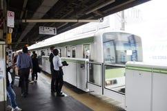 Pueblo japonés y tren y subterráneo que esperan del viajero del extranjero Foto de archivo