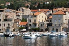 Pueblo Komiza del pescador en la isla de la fuerza en Croacia Fotos de archivo